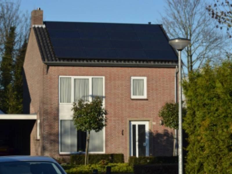 Zwarte zonnepanelen op woning in Eersel