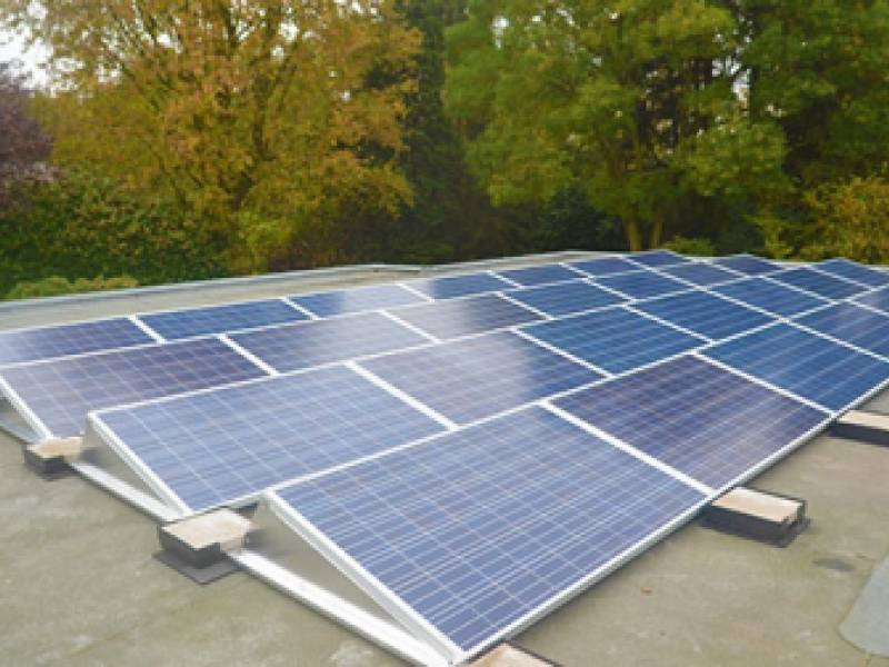 28 stuks zonnepanelen gemonteerd op platdak - type Enphase